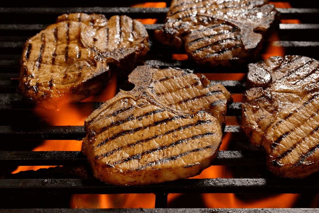 grillowane mięso w restauracji