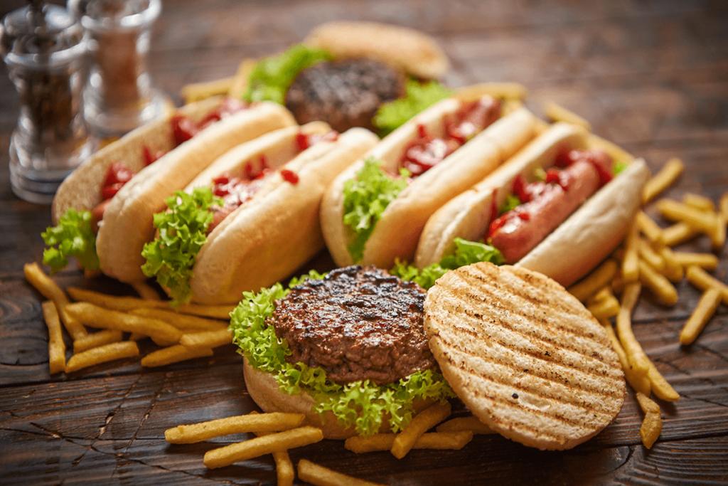 fast food - hod dogi i hamburgery z frytkami