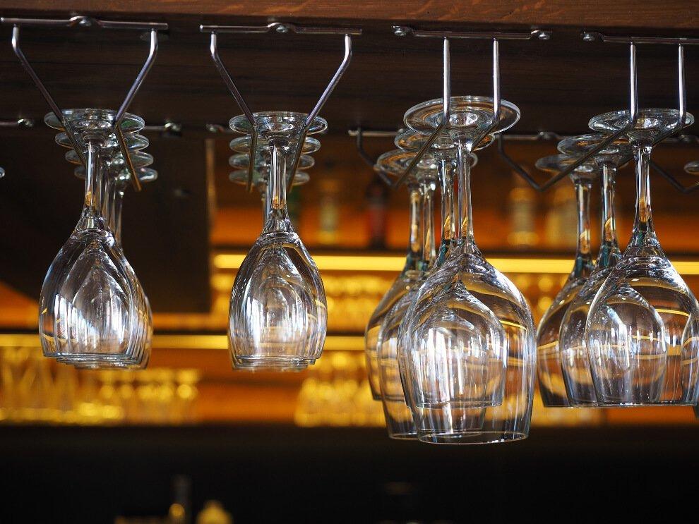 kieliszki wiszące nad barem wyposażenie barów Profesjonalne wyposażenie barów i obiektów gastronomicznych kieliszki wiszace nad barem