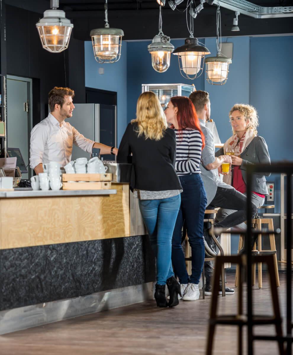 klienci przy barze wyposażenie barów Profesjonalne wyposażenie barów i obiektów gastronomicznych klienci przy barze