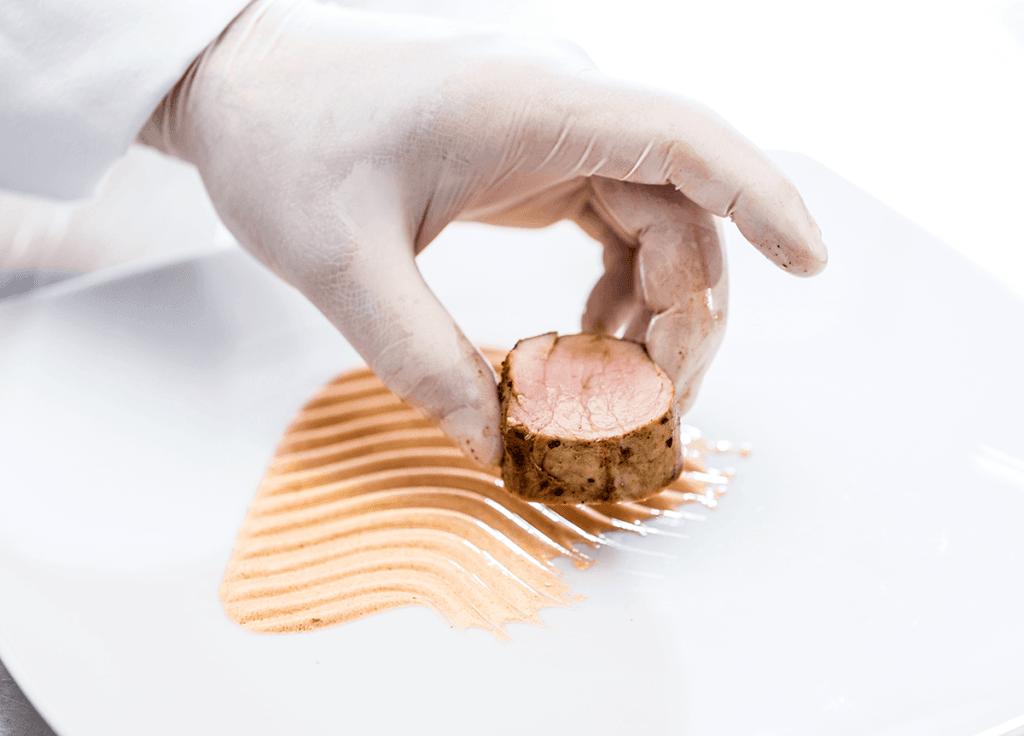 kucharz podający nowoczesne danie szkoła gastronomiczna Skończyłeś szkołę gastronomiczną i co dalej? kucharz podajacy nowoczesne danie 1024x736