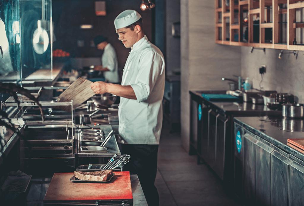 kucharz przygotowujący danie