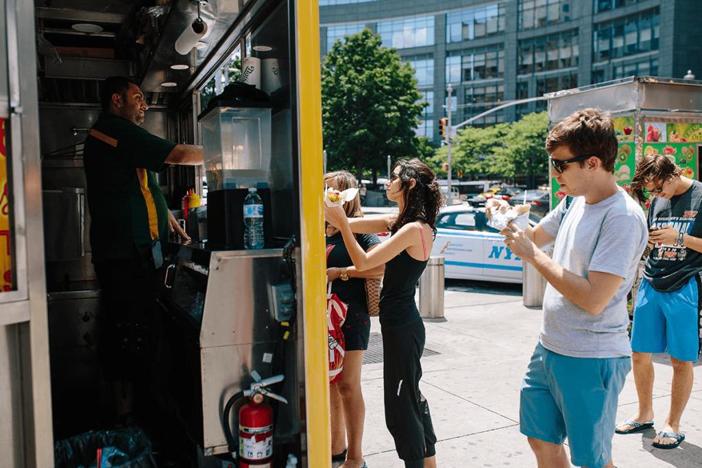ludzie zamawiający jedzenie z food trucka food truck Food Truck – 10 kroków do rozpoczęcia biznesu ludzie zamawiajacy jedzenie z food trucka 1024x683