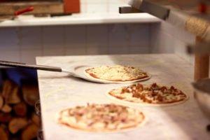 przygotowanie pizzy wyposażenie pizzerii Oferta wyposażenia dla pizzerii przygotowanie pizzy 300x200