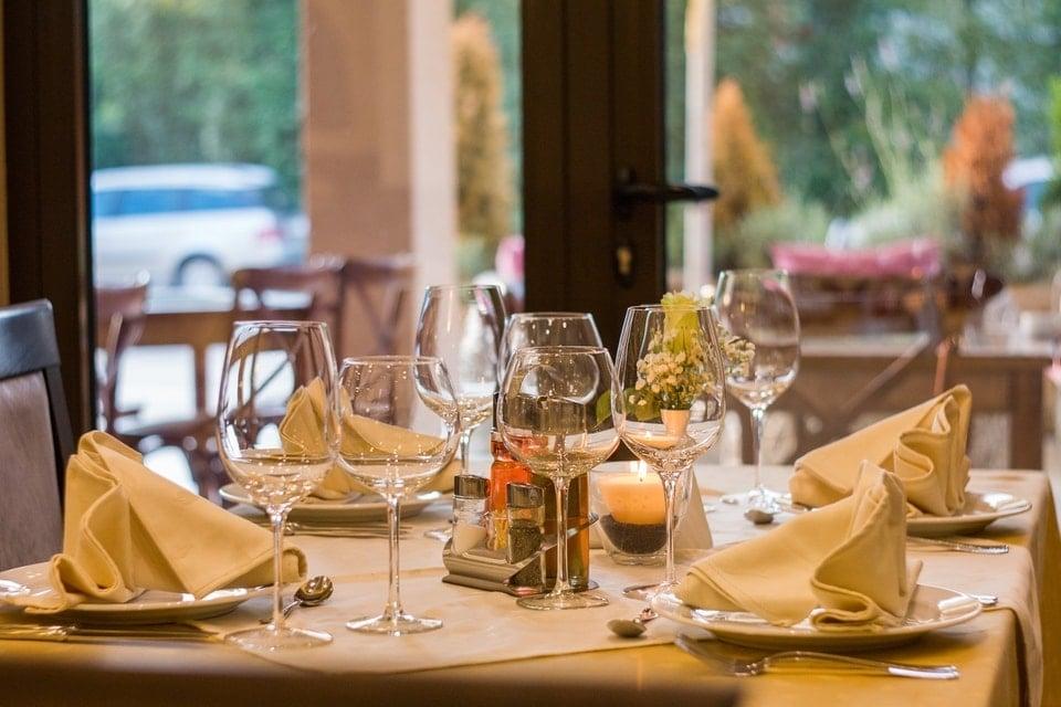 jak zaplanowaćremont restauracji? Jak zaplanowaćremont restauracji? stolik w restauracji
