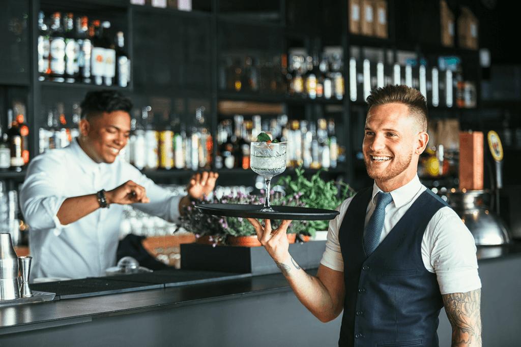 uśmiechnięty kelner w restauracji biznes gastronomiczny 10 wskazówek – jak rozwinąć gastronomiczny biznes usmiechniety kelner w restauracji 1024x683