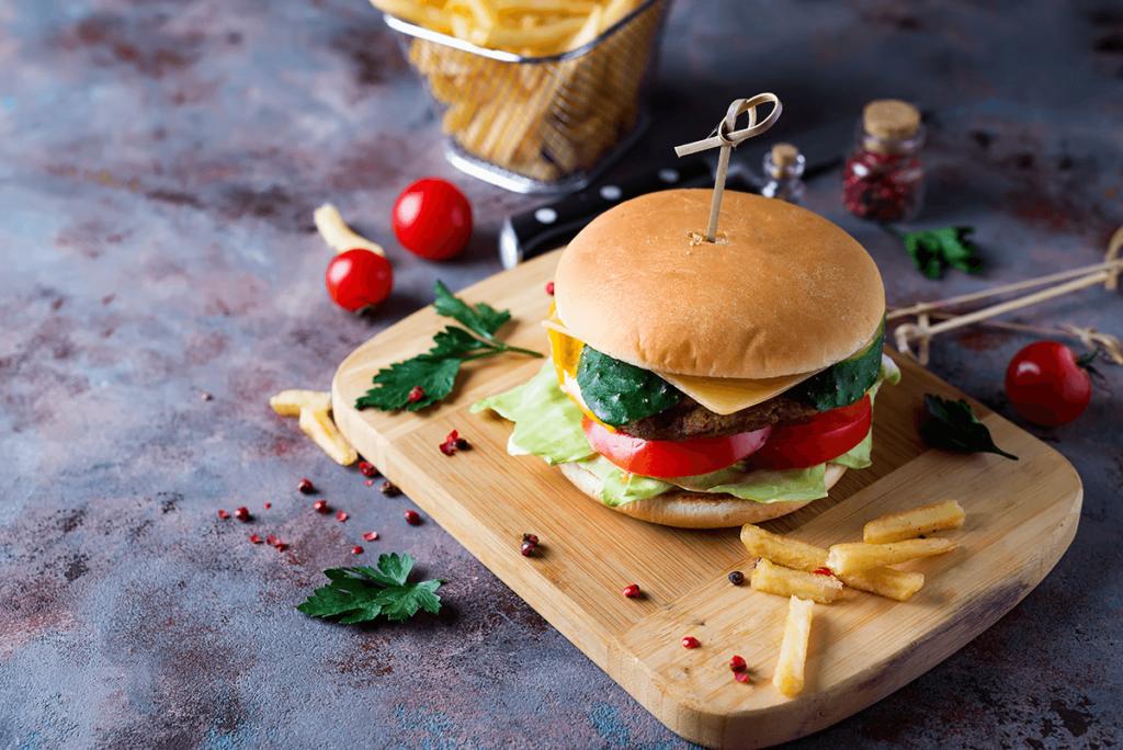 Zdrowy burger z warzywami i frytki zdrowy fast food Zdrowy Fast Food – chwilowa moda czy przyszłość? zdrowy burger z warzywami i frytki 1024x684