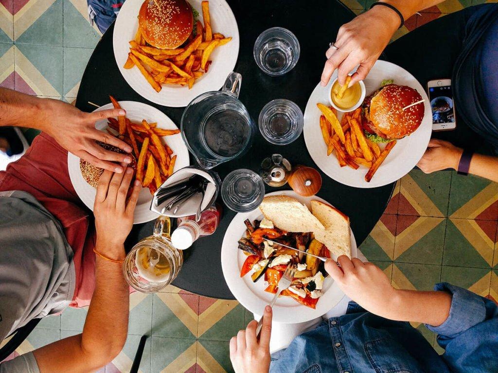 biznes gastronomiczny ludzie jedzący w restauracji biznes gastronomiczny Biznes gastronomiczny – co trzeba wiedzieć? biznes gastronomiczny ludzie jedzacy w restauracji 1024x768