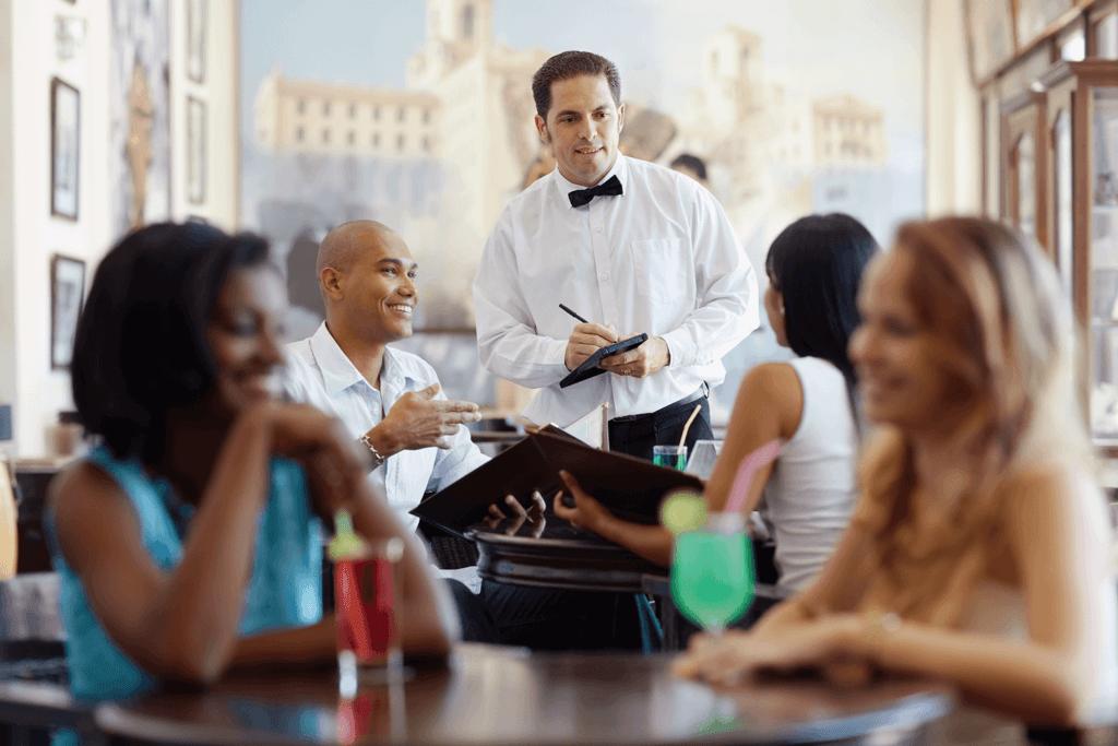 kelner przyjmujący zamówienie w restauracji profesjonalny kelner Czym kierować się przy wyborze obsługi? Cechy kelnera idealnego kelner przyjmujacy zamowienie w restauracji 1024x683
