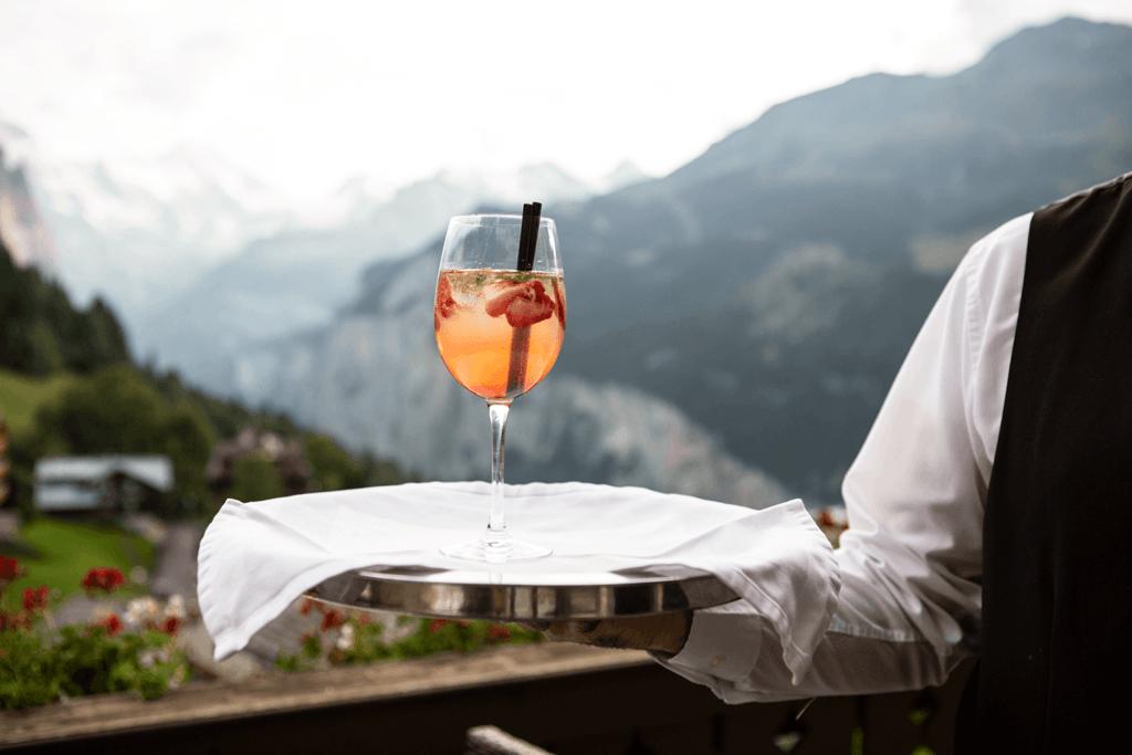 profesjonalny kelner Czym kierować się przy wyborze obsługi? Cechy kelnera idealnego profesjonalny kelner podajacy drinka 1024x683