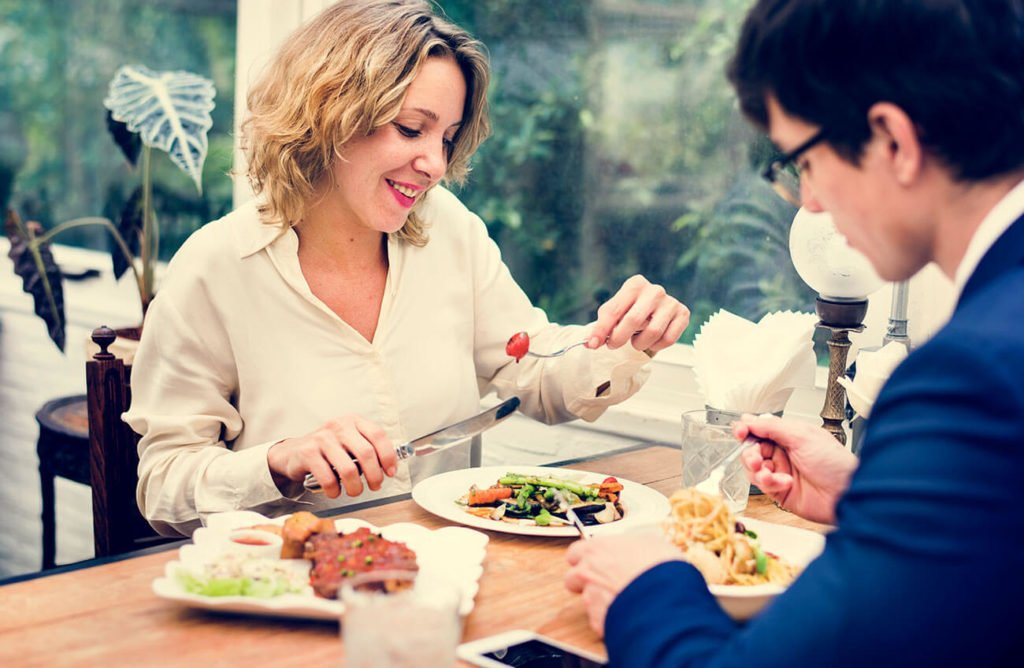menu Co powinno być pierwsze – menu czy projekt kuchni gastronomicznej? para jedzaca w restauracji 1024x668