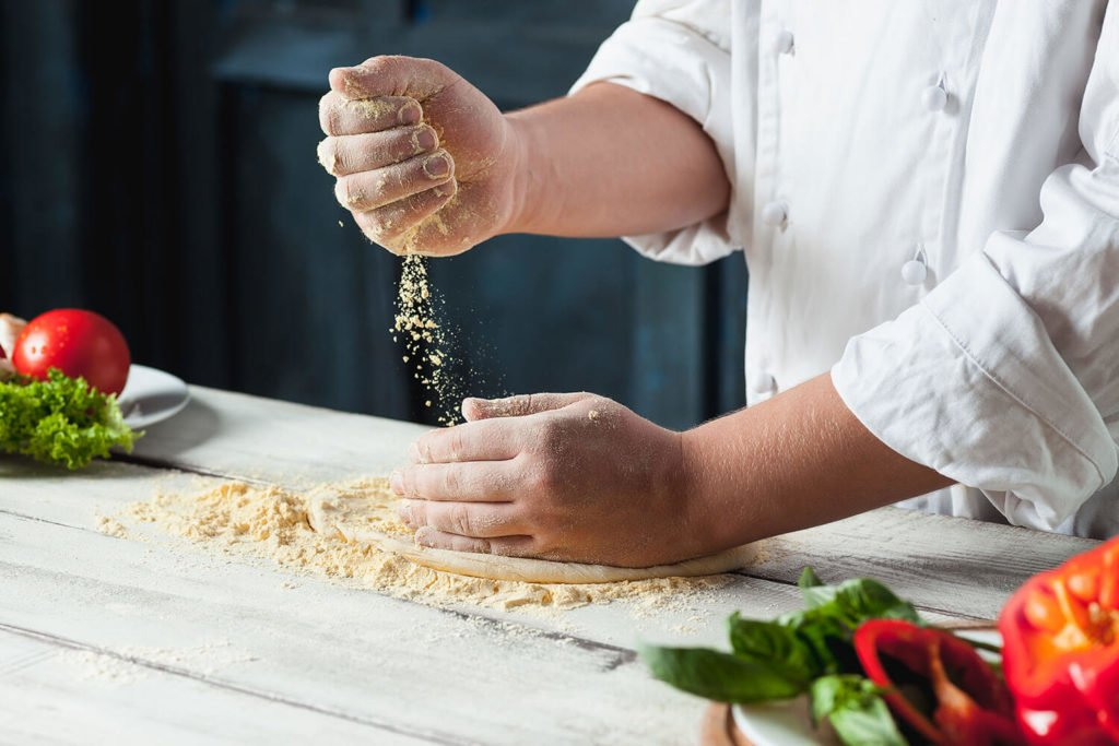 Co powinien, a czego nie powinien widzieć Klient w restauracji? przygotowywanie pizzy na oczach klientow 1024x683
