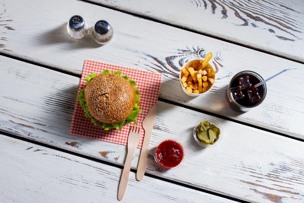 kącik gastronomiczny burgery  Jak kącik gastronomiczny przyciąga nowych klientów i zwiększa potencjał sprzedaży? kacik gastronomiczny burgery 1024x683