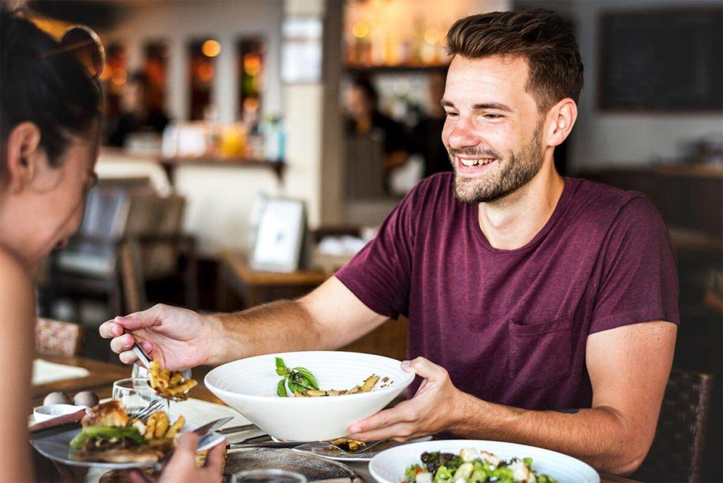 Jak automatyzacja i nowe technologie wpływają na jakość produktów w gastronomii? ludzie jedzacy w restauracji 1024x684