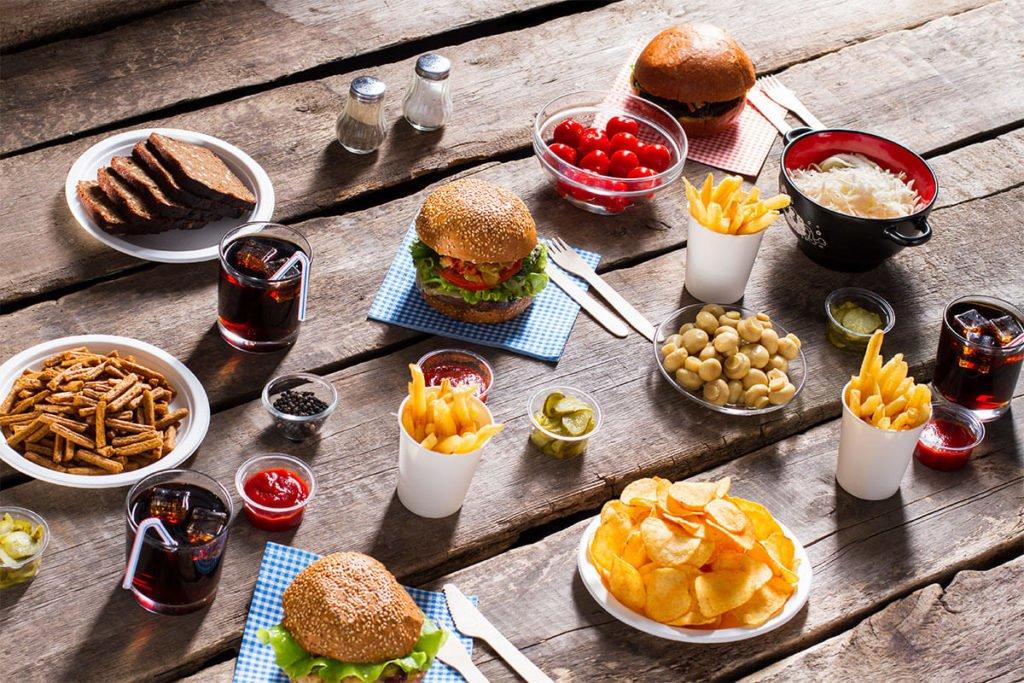 szybkie jedzenie w kąciku gastronomicznym  Jak kącik gastronomiczny przyciąga nowych klientów i zwiększa potencjał sprzedaży? szybkie jedzenie w kaciku gastronomicznym 1024x683