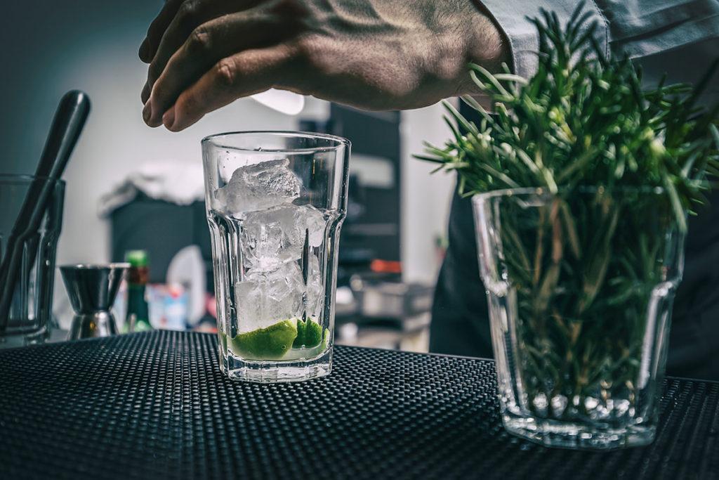 kostkarka do lodu Kostkarka do lodu – dlaczego lód w gastronomii ma znaczenie? barman przygotowujacy drink z lodem 1024x683