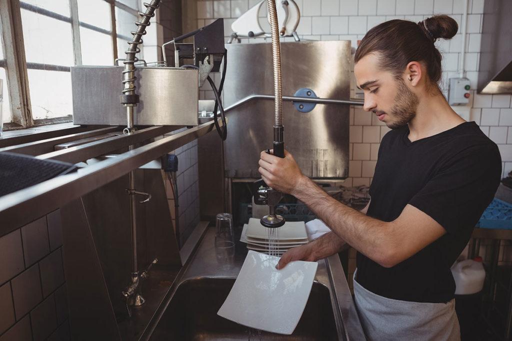 ręczne zmywanie naczyń w gastronomii  Zmywarka gastronomiczna – na co warto zwrócić uwagę przy jej zakupie? reczne zmywanie naczyn w gastronomii 1024x683