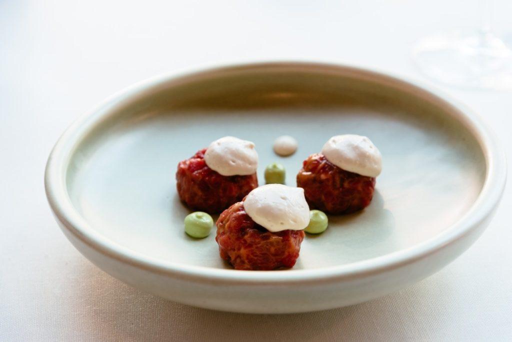 Wszystko, co trzeba wiedzieć na temat kuchni molekularnej delicious meal of spanish fusion cuisine beautiful decorated dish on a plate made by an spanish t20 3Q4JKw 1024x684
