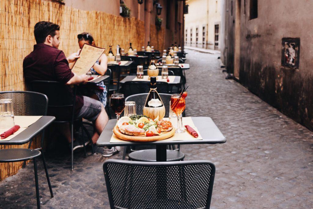 jedzenie na zewnątrz restauracji [object object] Wizyta w restauracji – Jak odnaleźć smak ukryty w jedzeniu? jedzenie na zewnatrz restauracji 1024x684
