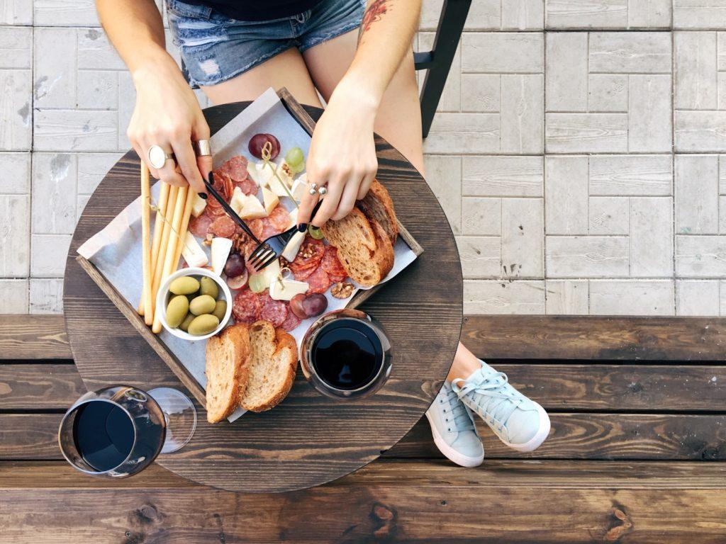 kobieta jedząca tapasy w restauracji [object object] Wizyta w restauracji – Jak odnaleźć smak ukryty w jedzeniu? kobieta jedzaca tapasy w przydroznej restauracji 1024x768
